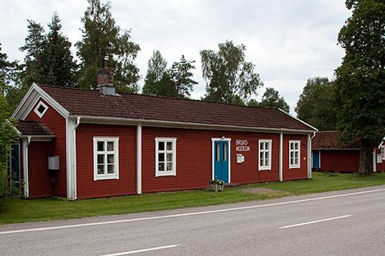 Rydö bruksmuseum, mitt i samhället, på östra sidan längs huvudgatan.