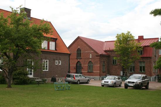 Bo på Laholms Missionshus och du har nära till centrala Laholm, ån Lagan och havet - Sveriges längsta sandstrand