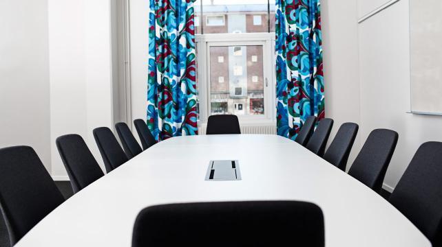 Konferensmöblering med bra teknik och ljusa möbler