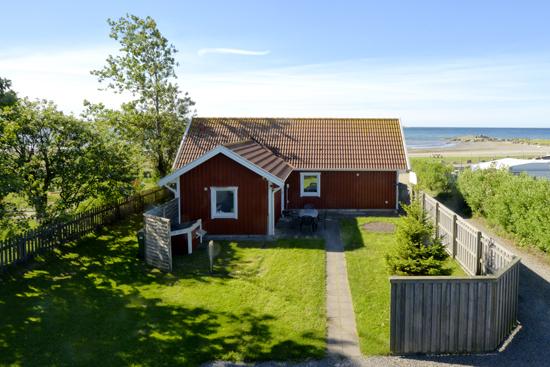 På Agrells stugor och camping utanför Varberg bor du i stuga på egen tomt med havsutsikt
