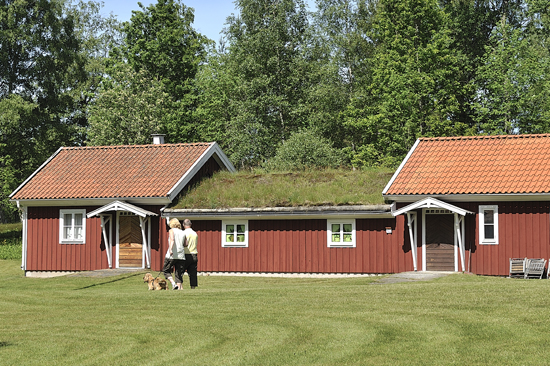 Bonadsmuseet i Unnaryd, Sveriges enda museum för bonadskonst och en välbevarad bunkers till skydd för pärlor ur den sydvästsvenska folkkulturen