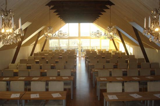 Lanthotell Lögnäs Gård erbjuder konferenssal för 150 personer med utsikt över böljande åkrar