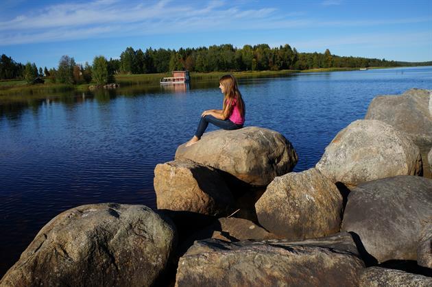 Flicka vid vattnet