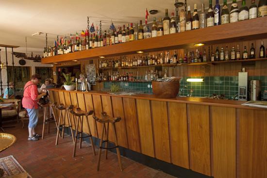 Ta något gott att dricka i Tallhöjdens välfyllda bar