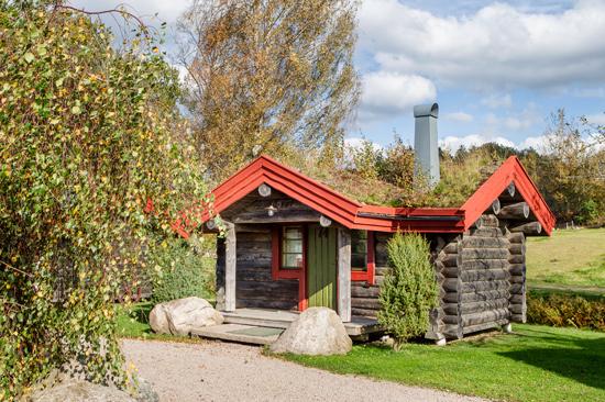 Ästad Vingård utanför Varberg erbjuder såväl hotell- som stugboende. Bäckstugorna ligger vackert med utsikt över ängar och vatten.