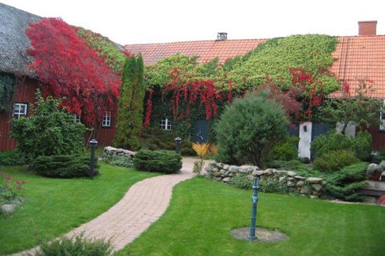 Den mysiga innergården på Stranning.se i Glommen utanför Falkenberg
