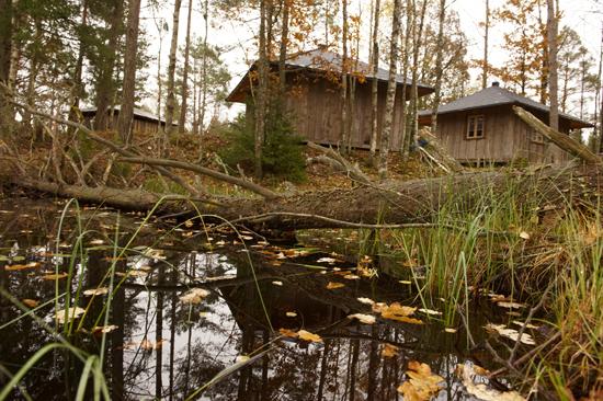 Charlottenlunds stugor erbjuder vildsmarksboende, utan el och vatten men med kaminer som värmer kropp och själ