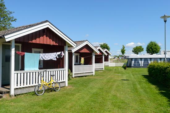 På Gullbrannagården söder om Halmstad finns stugor, lägenheter och rum att hyra och en campingplats med 300 tomter.