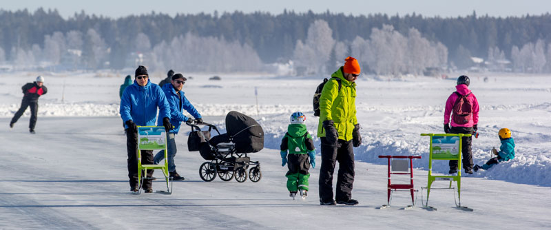 Folk ute på isbanorna