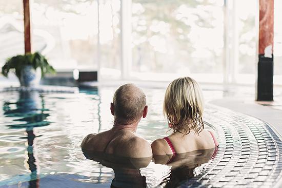 I Särö Källa på Säröhus, strax söder om Göteborg, kan du bland annat njuta av en 37°C varm pool med en utedel och jacuzzikar.