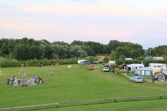 På Rörviks Camping på Onsalahalvön finns bouleplan, fotbollsplan, gungor, sandlåda och stora ytor att röra sig på.