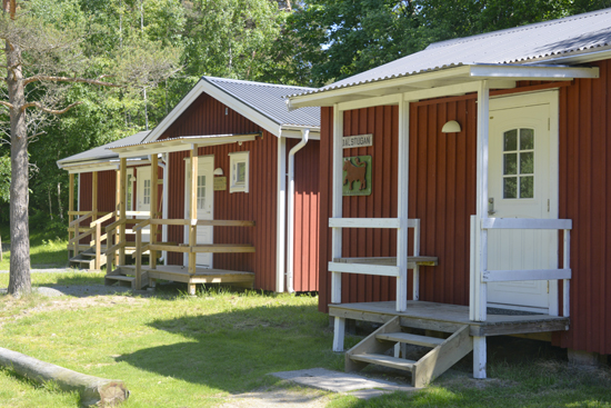 På Kuggaviksgården i Åsa, mellan Kungsbacka och Varberg, erbjuds logi med pensionats- eller vandrarhemsstandard