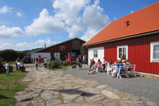 På Viskadalens Gårdsglass utanför Varberg är glasstillverkning ett hantverk.