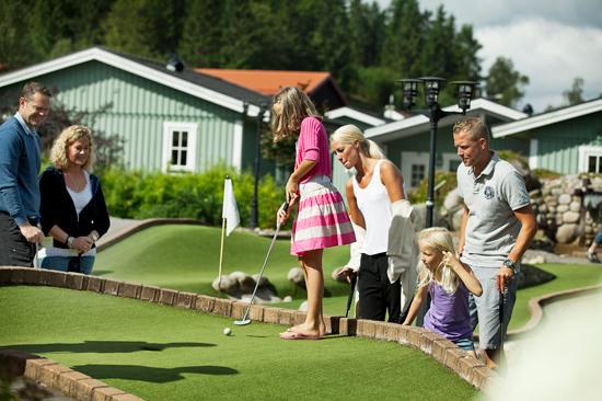 På campingområdet i Gekåsbyn Ullared finns en äventyrsgolfbana och grill- och lekplatser.