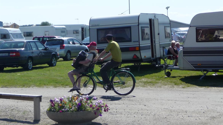 Campingvärden cyklar runt campingen