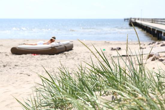 Koppla av på den fantastiska milsvida sandstranden precis utanför Falkenberg Strandbad