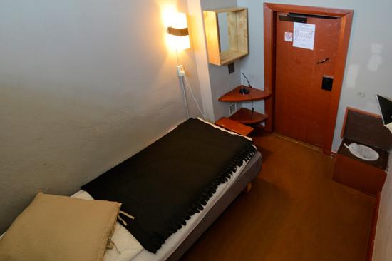 I Kronohäktet på Fästningens Vandrarhem kan du spendera natten i en före detta fängelsecell.
