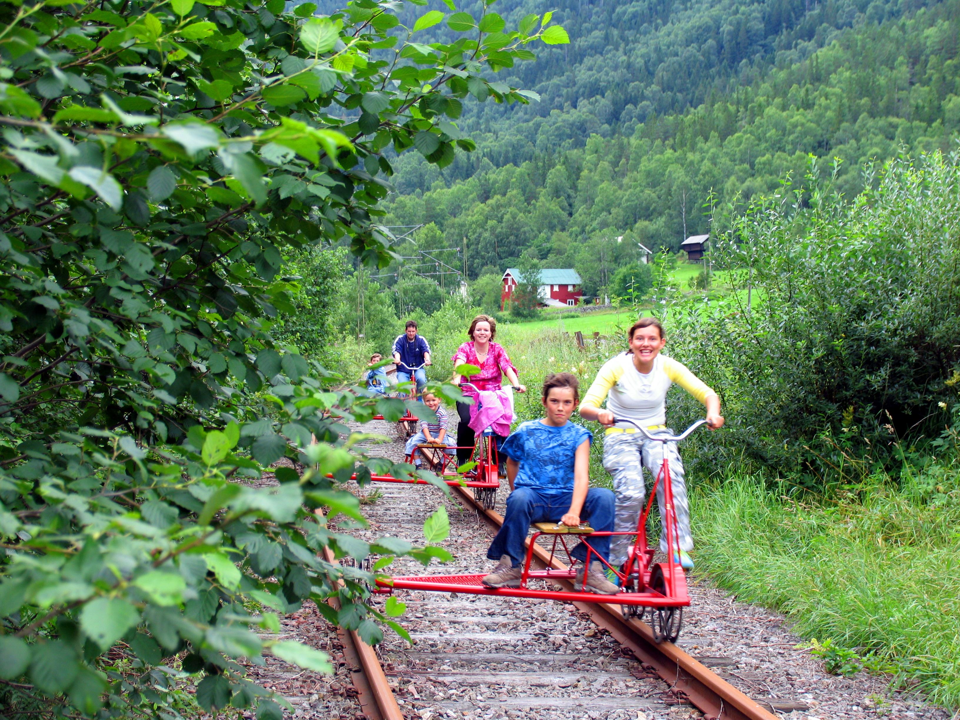 På Mæl er det muligheter for å leie dresin for korte og lange turer i vakre omgivelser. Utleie foregår ved Tinnsjø Kro ca 200 meter fra Mæl Stasjon. , © Fleger