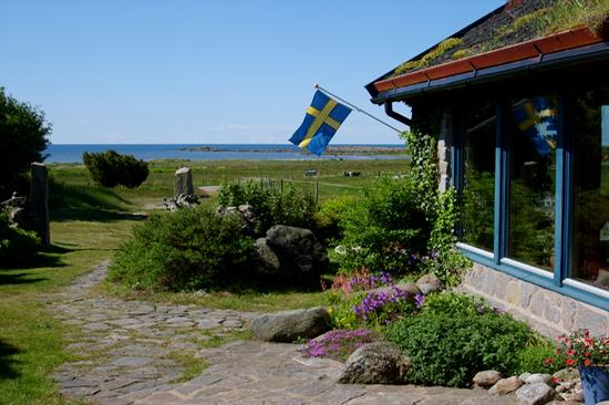 Här bor du ett stenkast från havet, strax söder om Falkenberg på den gamla slingrande kustvägen mot Halmstad