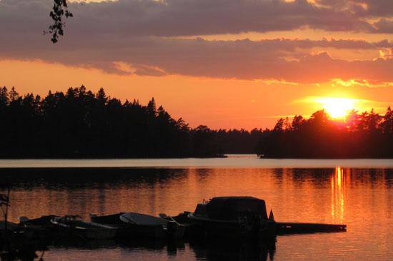 Solen går ner över sjön Jällunden vid Jälluntofta Camping i Hylte kommun.