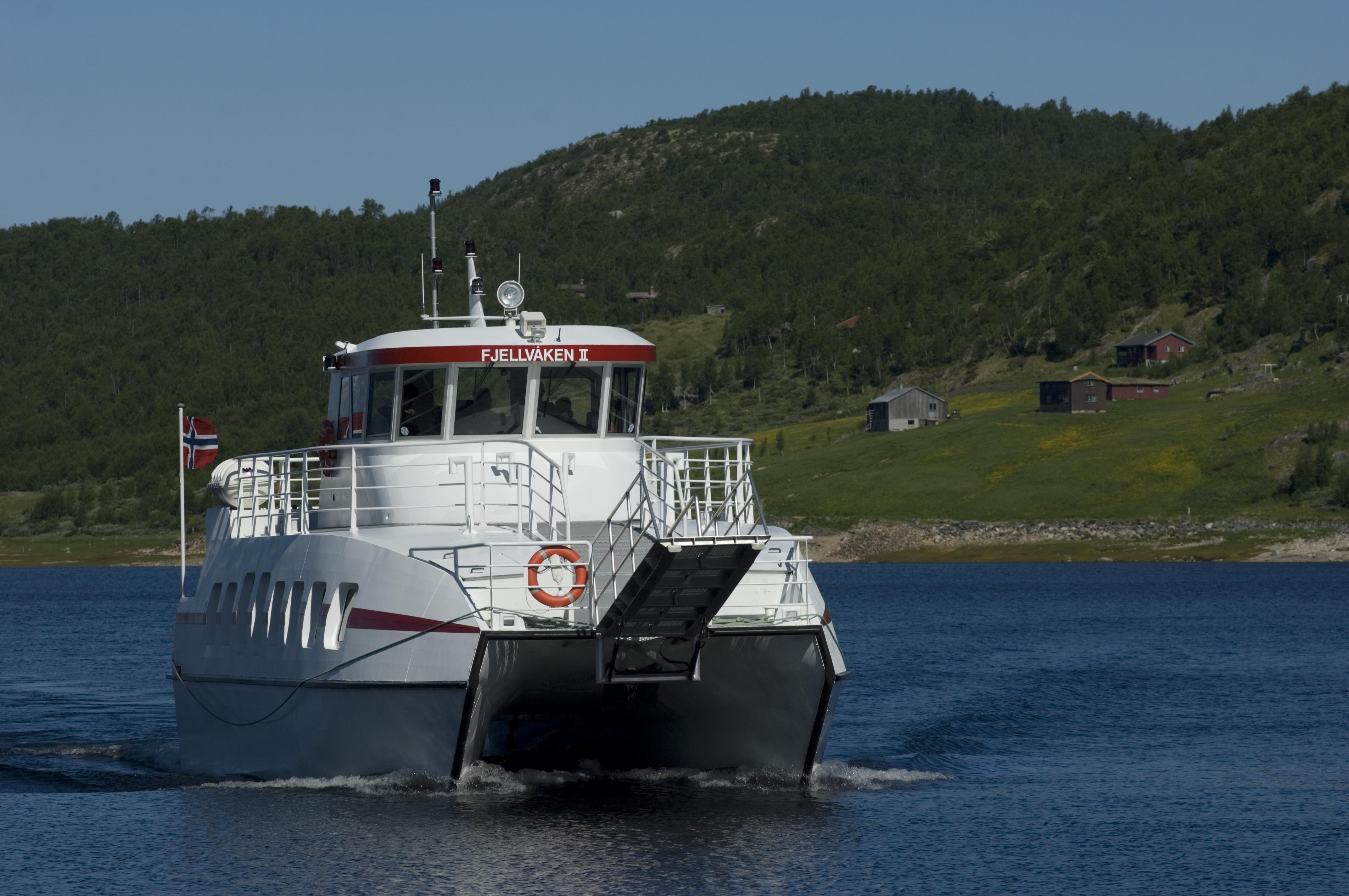 Fjellvåken er en katamaran som går mellom Skinnarbu og Mogen., © Terje Rakke/Rauland Turist