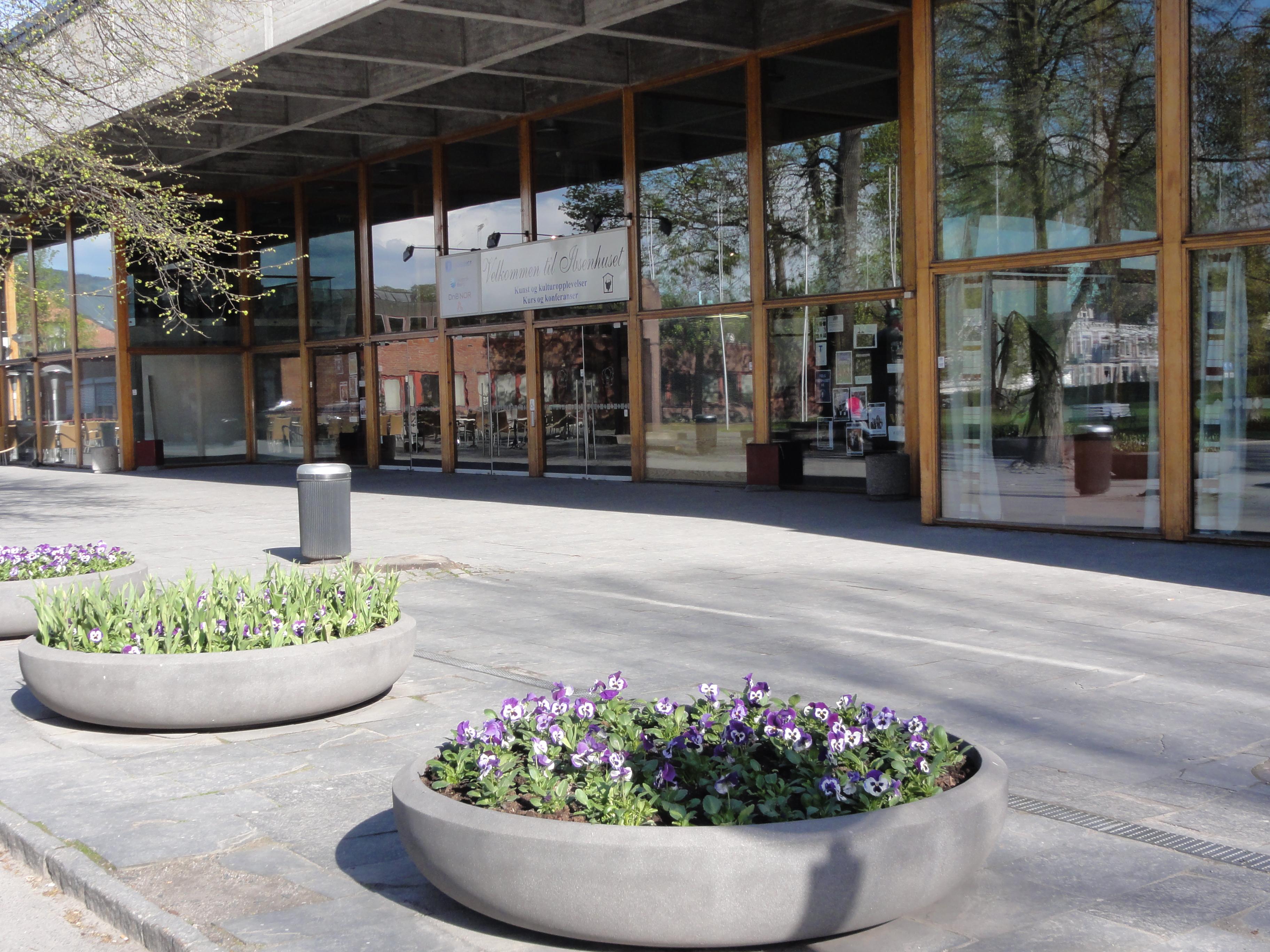 Blomster og glassfasade, © Christer L. Sørensen