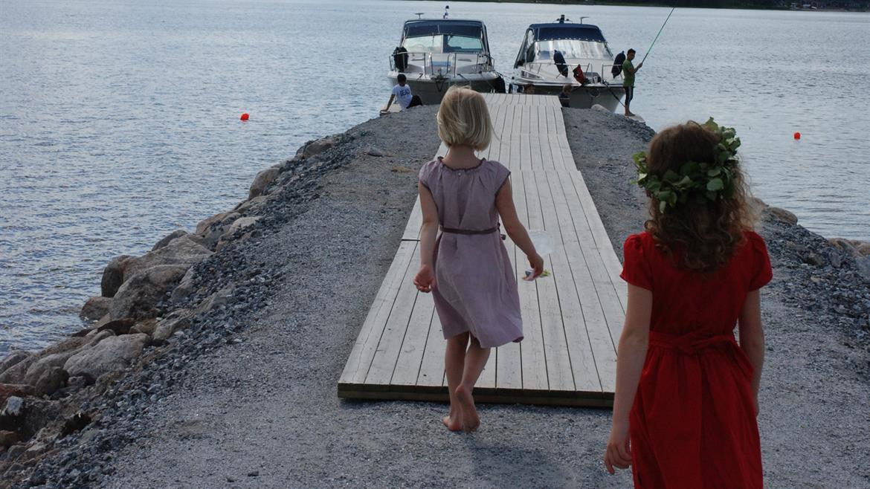 Barn på bryggan Storstrand