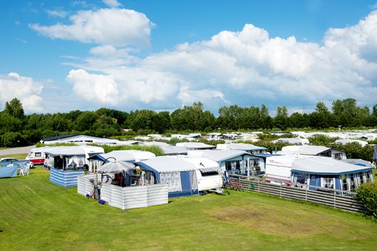 Vilshärads camping har en hög standard på servicebyggnader och  gräsplaner avdelade med häckar