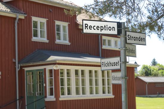På Kuggaviksgården, vid den halländska kusten, finns nyrustade lokaler för kurser, konferenser, personalmöten, lägerskolor och föreningsträffar.