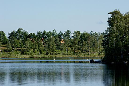 Hjortseryd mellan Halmstad och Ljungby erbjuder flera olika lokaler för konferenser och möten. Från Kyrkebacken har du utsikt över sjön.