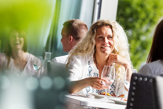 Vacker veranda med fantastiskt ljusinsläpp på Restaurang Varbergs Stadshotell