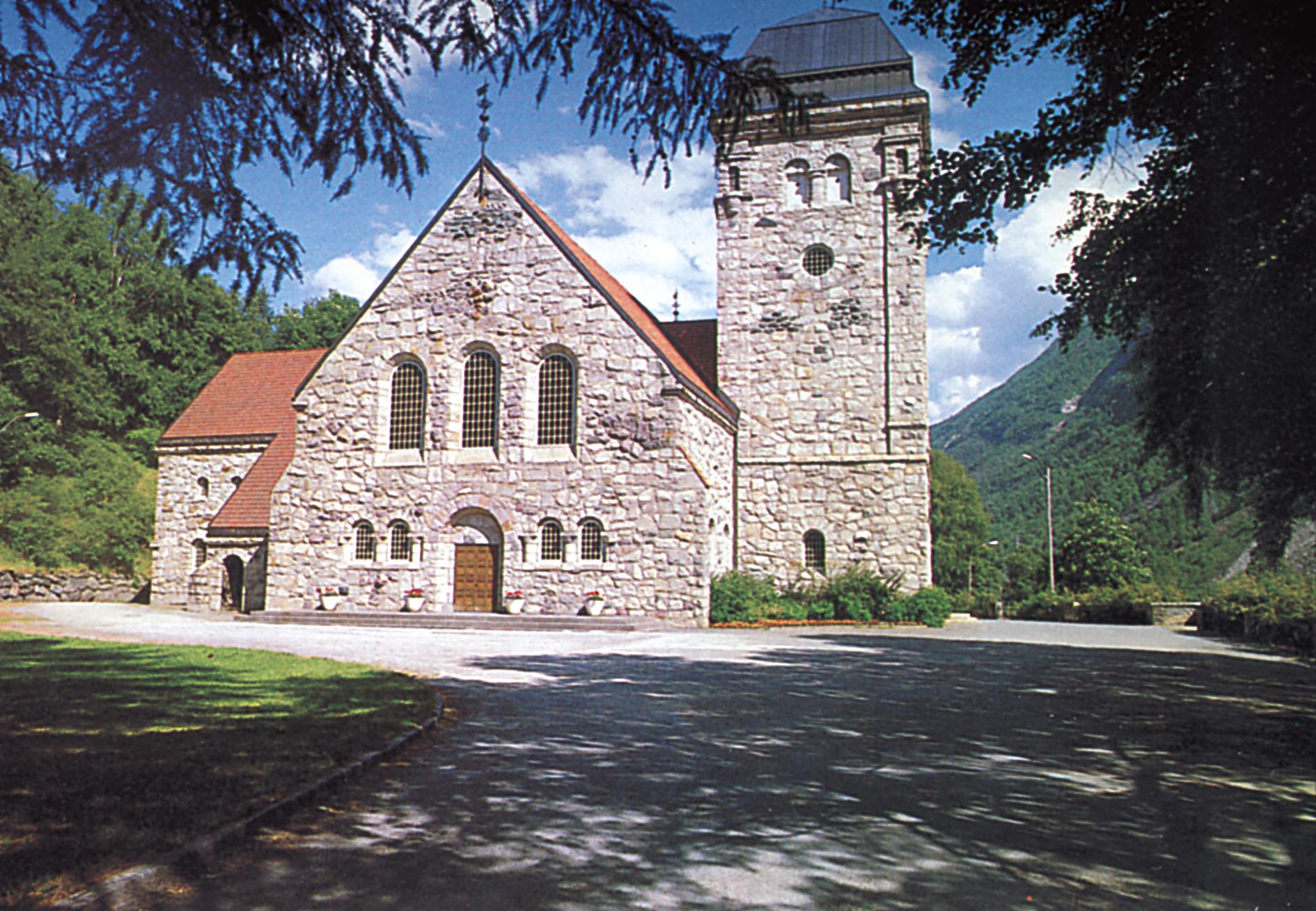 Altertavlen i Rjukan kirke er et glassmaleri av Torvald Moseid. Det kom til kirken i 1968. , © visitRjukan AS