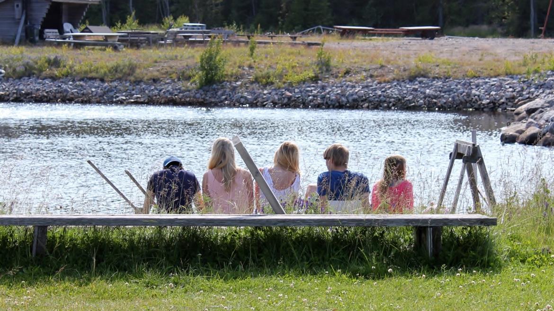 Ungdomar vid båthamn