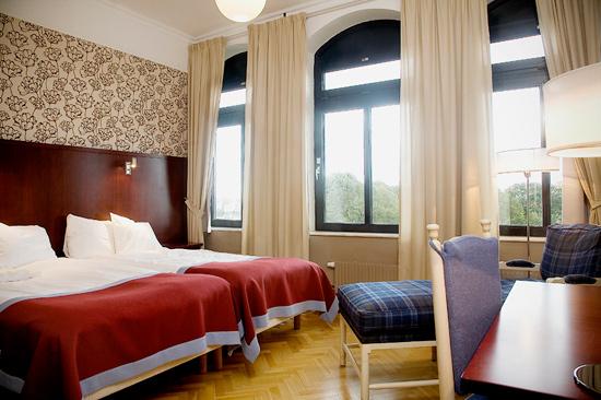 Generöst Twin rum på BEST WESTERN PLUS Grand Hotel, beläget på våning 3 mot parken