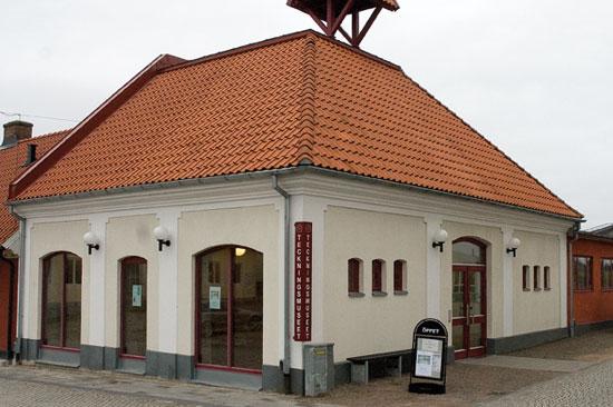 Teckningsmuseet i Laholm är inrymt i Laholms gamla brandstation, som fått en modern och spännande tillbyggnad med ansiktet mot Lagan