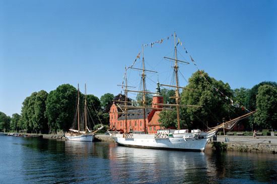Bor du på Scandic Hotel Hallandia har du Halmstad Slott och båten Najaden som granne