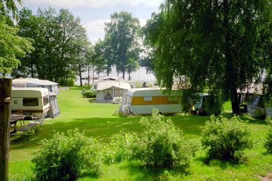 Vallsnäs Camping ligger naturskönt vid sjön Unnen, ca 2 km från Unnaryd