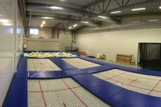 Bounce Camp är en trampolinpark med flera tävlingsstudsmattor och en foampit (skumgummigrop) i Varberg