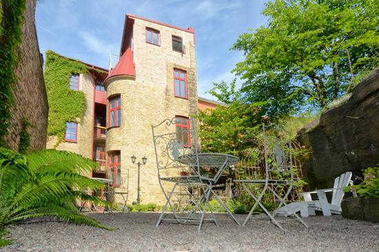 Okéns B&B är ett prisvärt och affärsvänligt hotell mitt i Varbergs centrum. Bakom hotellet finns en enkel liten gård med trädgårdsmöbler där du kan njuta av något att dricka efter dagens aktiviteter.