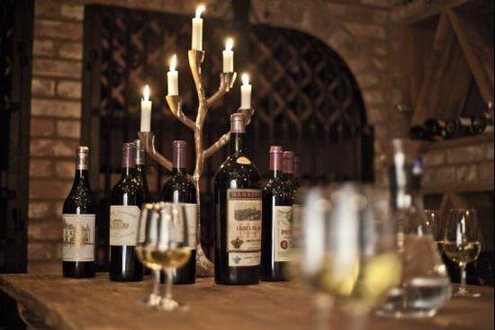 Passa på att göra en vinprovning i vinkällaren under din vistelse på Hjortseryd.