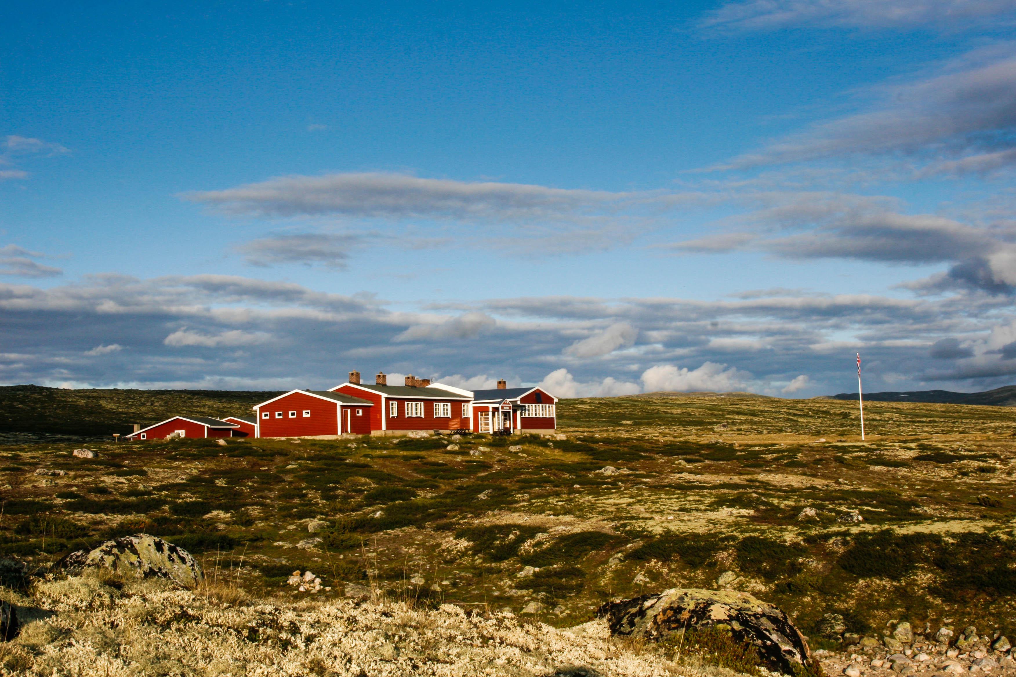 Mårbu Turisthytte ligger vakkert til ved enden av Mårvann på Hardangervidda , © Mårbu Turisthytte