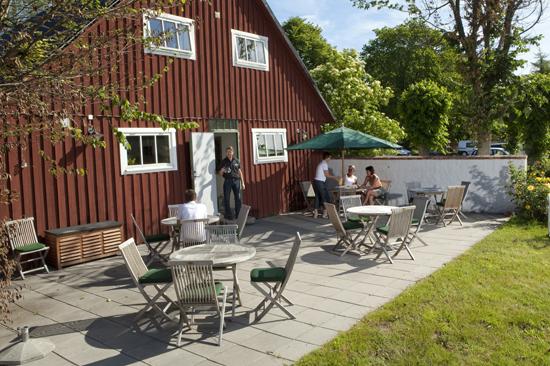 Njut av frukosten på uteplatsen på Hotell Hovgård