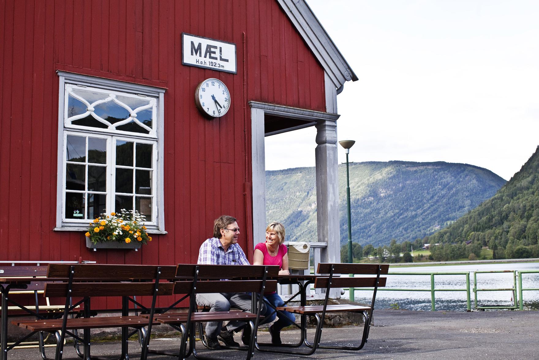 I sommerhalvåret er det åpen kafe ved Mæl stasjon.  , © Fotograf Jacobsen
