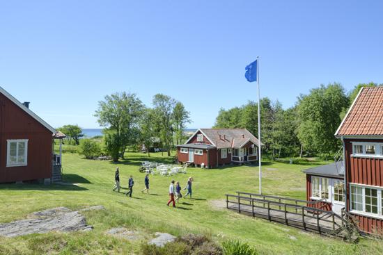 Kuggaviksgården i Åsa ägs av IOGT-NTO, som är en av Sveriges största och mest betydelsefulla nykterhetsorganisationer. Därför är Kuggavik en garanterat drogfri miljö.