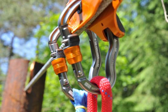 För att åka ziplina på Kungsbygget i Laholm måste du vara minst 10 år gammal och väga mellan 30 och 110 kg.