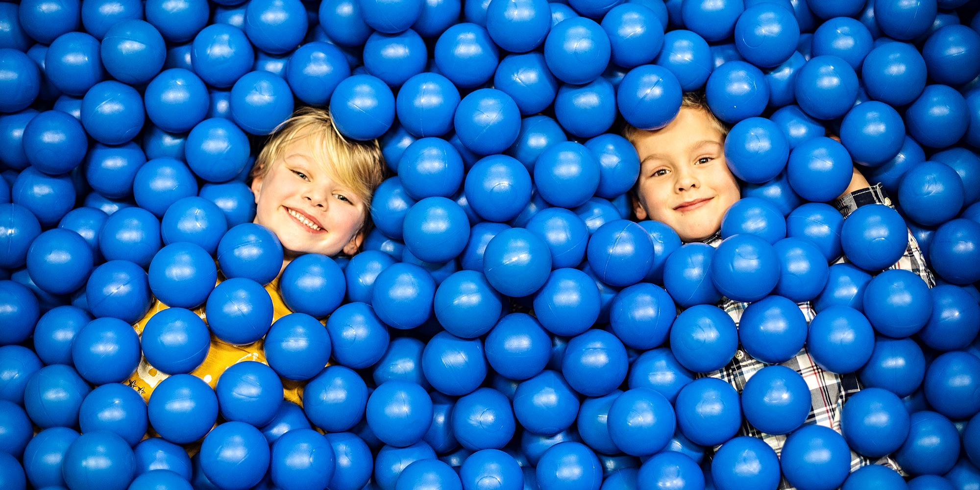 Lykkeland på Steinkjer - 2 barn i ballbinge. Copyright: Lykkeland