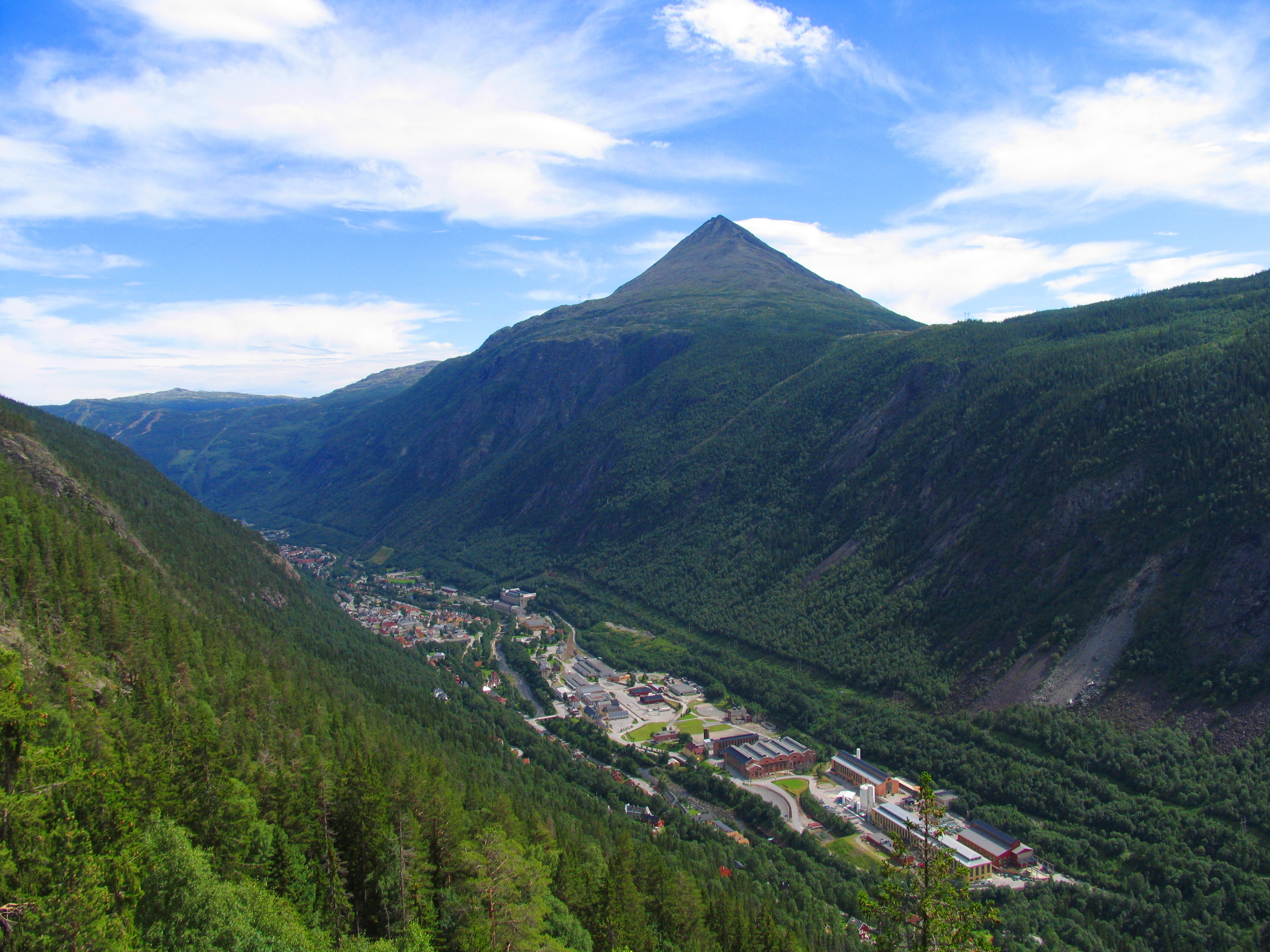 Rjukan Taxi is situated in the middle of the center of Rjukan.  , © Hans-Dieter Fleger