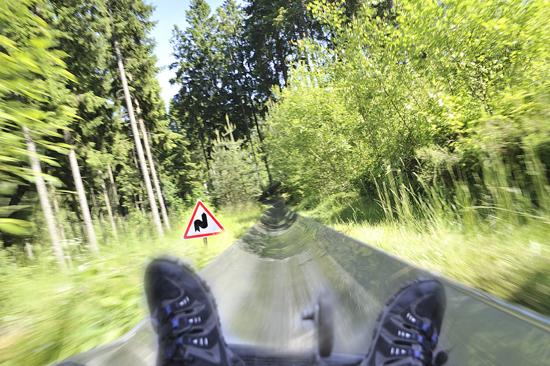 På väg i hög fart nedför rodelbanan på Kungsbygget, söder om Våxtorp