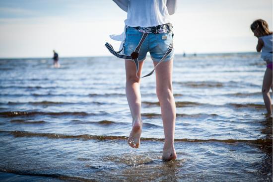 En stenkast från Björkängs Havsbad breder sandstranden ut sig med härligt mjuk sand och barnvänligt bad.