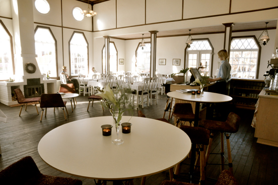 Njut av god mat och unik miljö på Strandhotellets restaurang i Mellbystrand